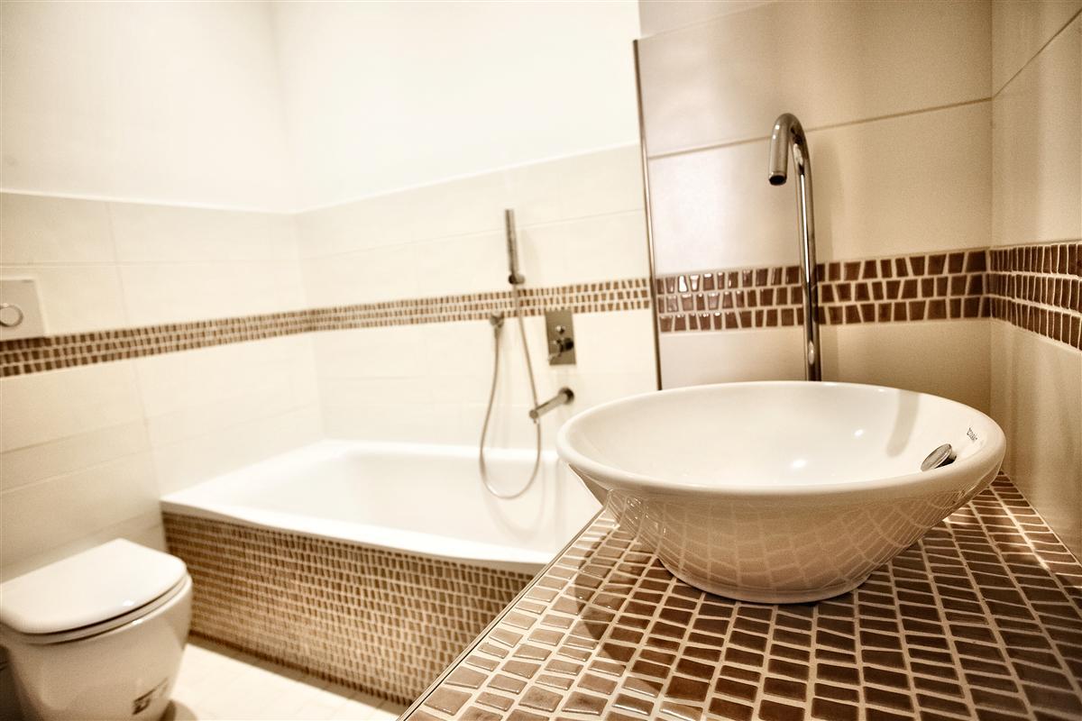 Mosaico bagno idee perfect beautiful mosaico bagno prezzi - Striscia di mosaico in bagno ...